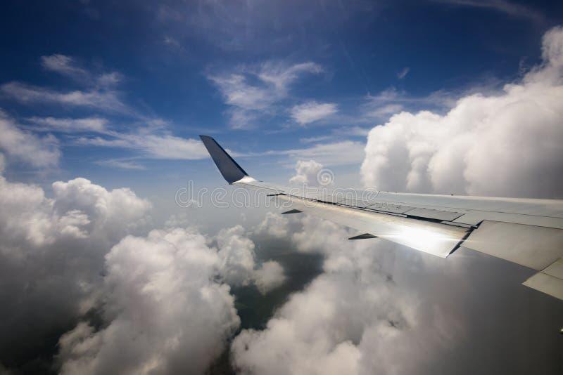 Vista da asa de um avião através da janela imagens de stock