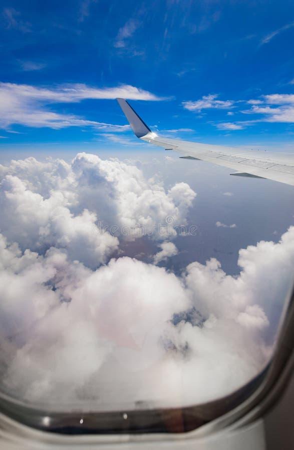 Vista da asa de um avião através da janela imagem de stock royalty free
