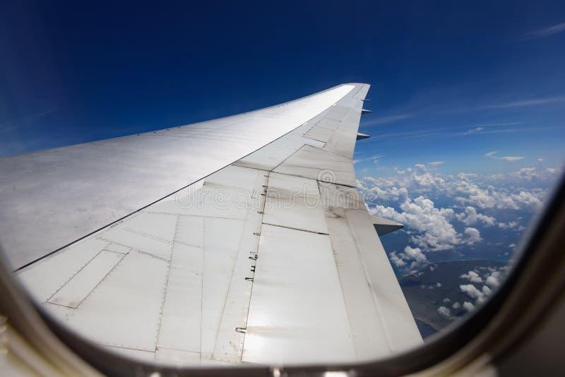 Vista da asa de um avião através da janela fotos de stock royalty free