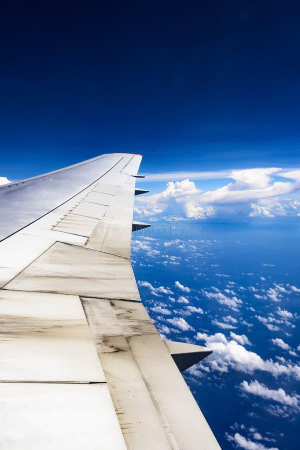 Vista da asa de um avião através da janela fotografia de stock