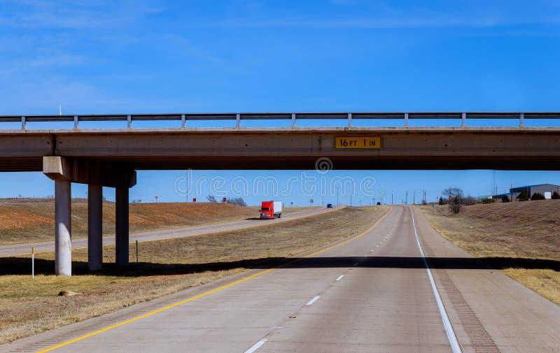 Vista da autoestrada do carro no condado, com as pistas ocupadas não mesmas imagem de stock