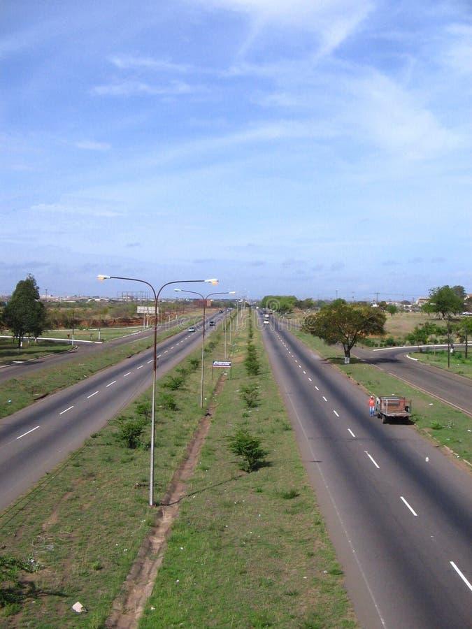 Vista da avenida de Guayana, pela zona industrial de Matanzas, Puerto Ordaz, Venezuela foto de stock royalty free