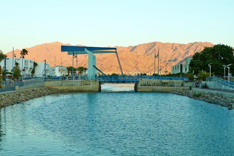 Vista da baía de Eilat com uma ponte levadiça foto de stock royalty free