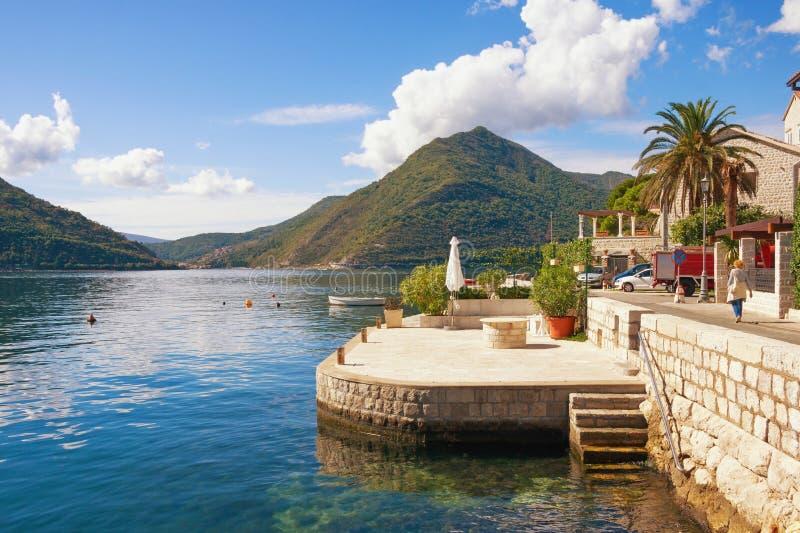 Vista da baía de Kotor perto da cidade velha de Perast, Montenegro fotos de stock royalty free