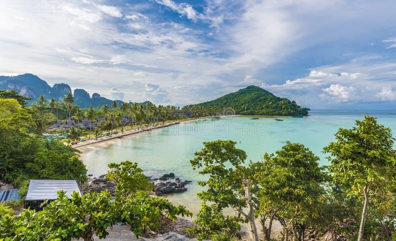 Vista da baía de Loh Ssamah na ilha de Ko Phi Phi Lee, Krabi, mar de Andaman, Tailândia imagem de stock