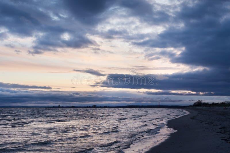 Vista da Baía de Parnu à noite em nublado imagem de stock royalty free