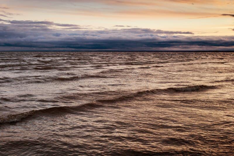 Vista da Baía de Parnu à noite, sob o efeito de um desastre imagem de stock royalty free