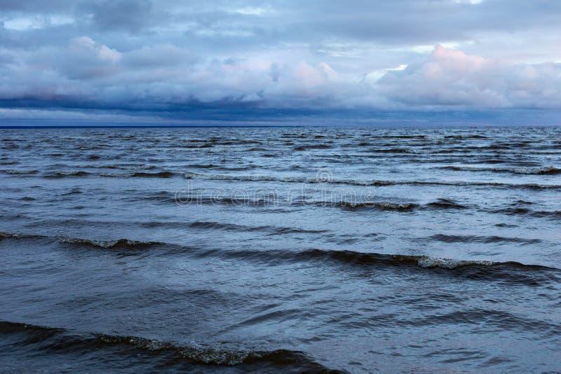 Vista da Baía de Parnu à noite, sob o efeito de um desastre fotografia de stock royalty free