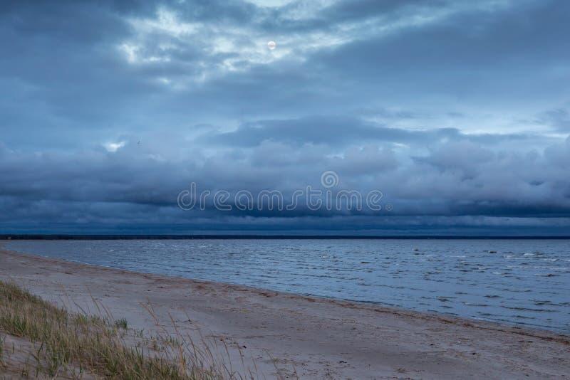 Vista da Baía de Parnu à noite, sob o efeito de um desastre fotos de stock royalty free