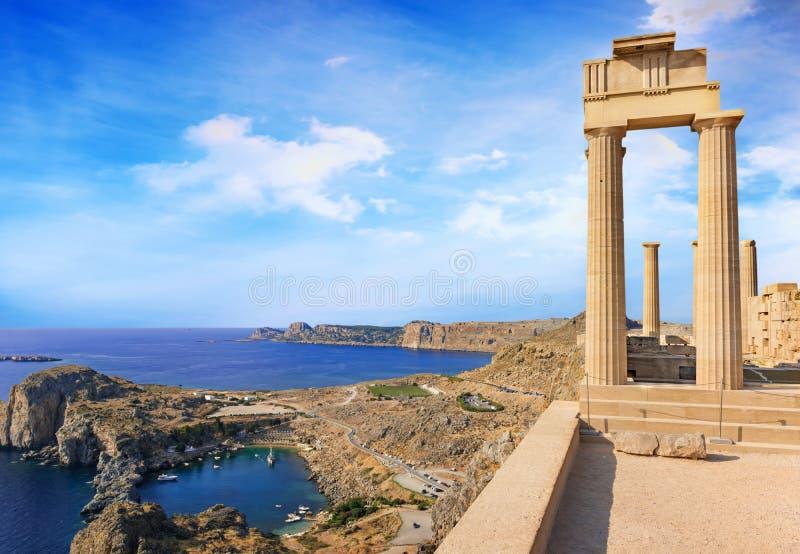 Vista da baía do St Paule do templo antigo da deusa Athena na acrópole de Lindos o Rodes, Grécia imagem de stock