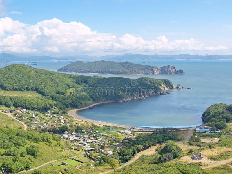 Vista da baía Nakhodka e da ilha Lisiy fotografia de stock royalty free