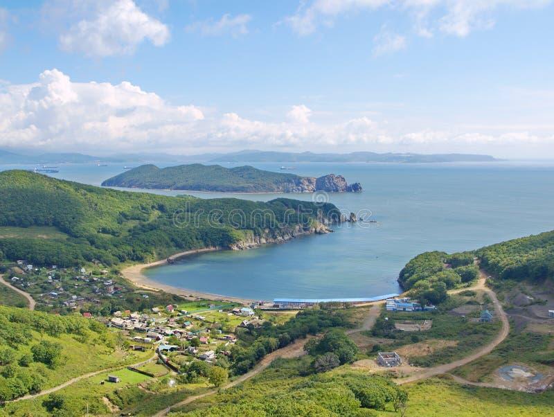 Vista da baía Nakhodka e da ilha Lisiy fotos de stock