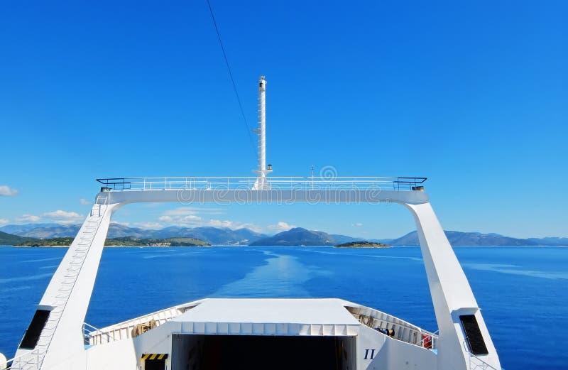 Vista da balsa no mar azul fotografia de stock royalty free