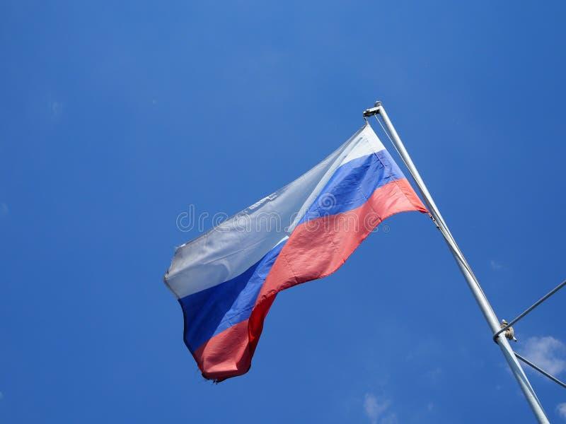 Vista da bandeira de ondulação do russo no navio fotografia de stock royalty free