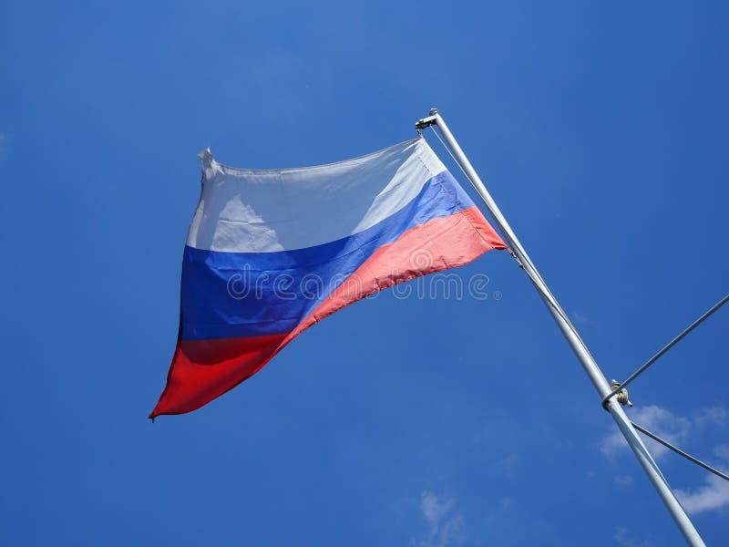 Vista da bandeira de ondulação do russo no navio fotos de stock