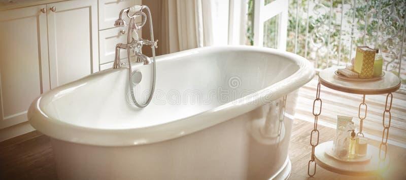 Vista da banheira vazia no banheiro imagem de stock royalty free