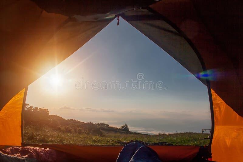 Vista da barraca do turista ao vale da montanha, Carpathians; Ucrânia foto de stock
