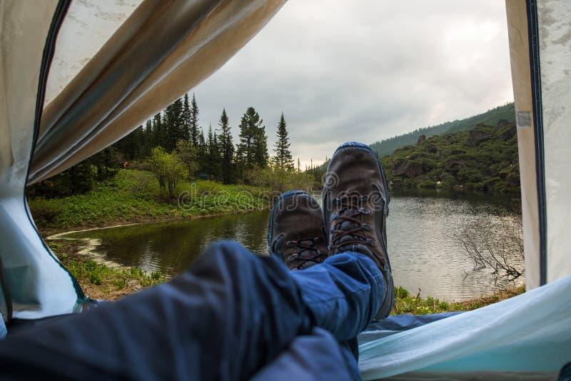Vista da barraca em um lago da montanha Viagens e expedições no selvagem Conceito do acampamento fotografia de stock