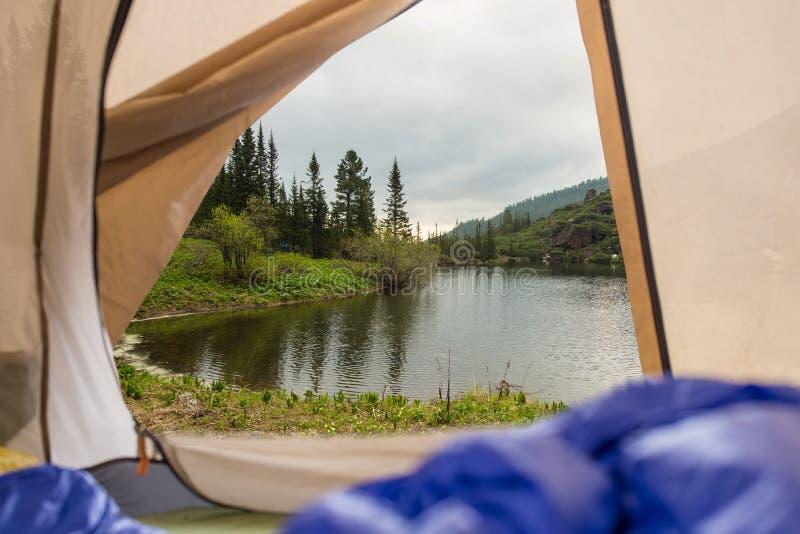 Vista da barraca em um lago da montanha Viagens e expedições no selvagem Conceito do acampamento foto de stock royalty free