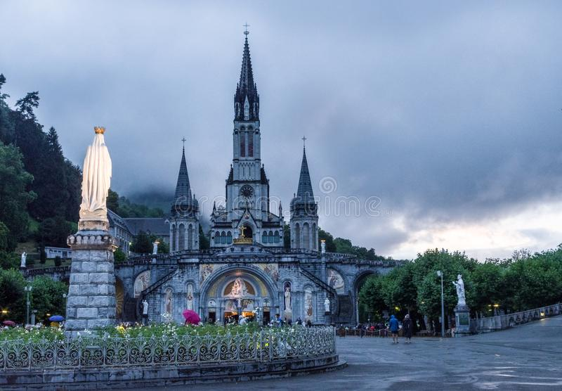 Vista da basílica do rosário em Lourdes imagens de stock