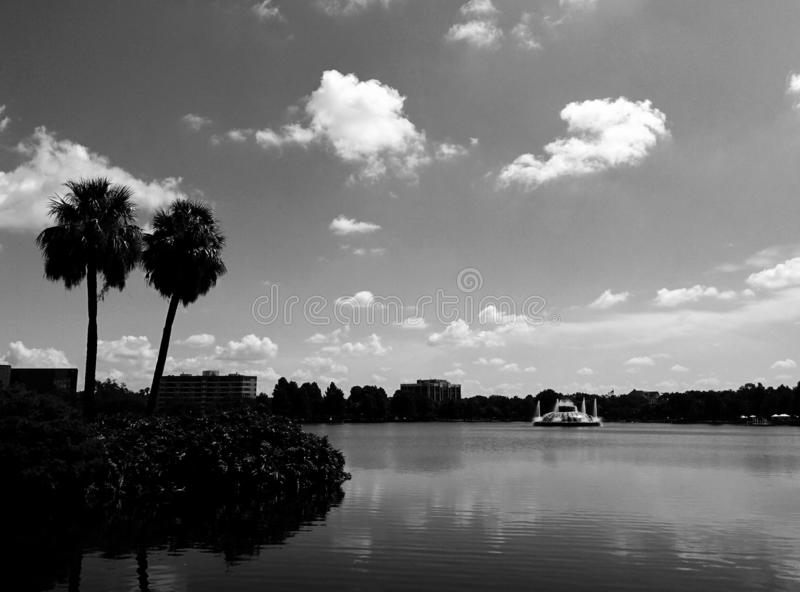 A vista da borda do lago imagens de stock royalty free