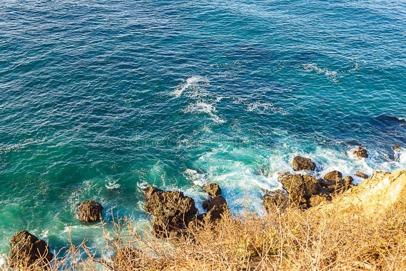 Vista da borda do touquoise oceano com espuma de ação de ondas em rochas na Califórnia fotografia de stock