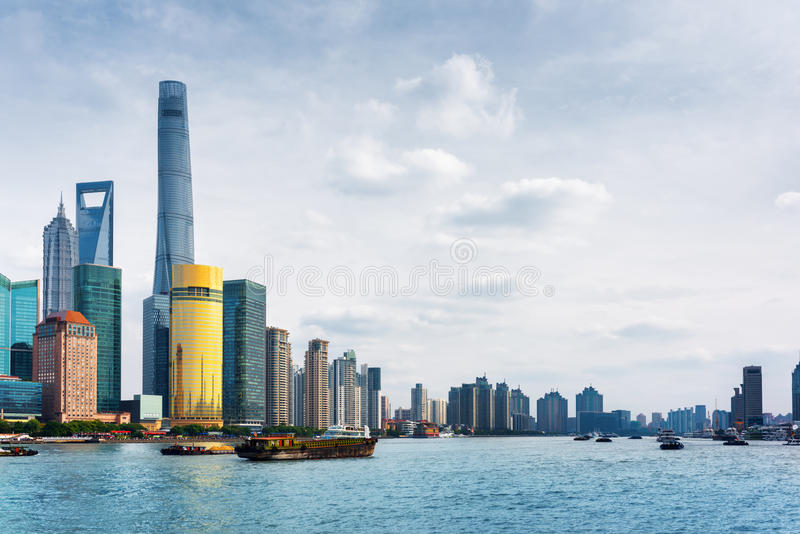 Vista da Bund attraverso il fiume Huangpu a Shanghai, Cina fotografia stock