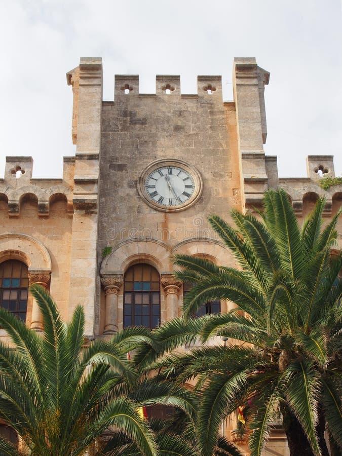 Vista da câmara municipal histórica no menorca do ciutadella cercada por palmeiras e pelo céu ensolarado azul do verão fotografia de stock royalty free