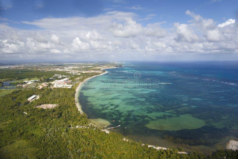 Vista da cabine do helicóptero na costa da República Dominicana imagens de stock royalty free