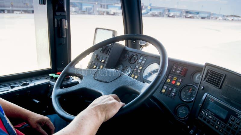 A vista da cabine do homem que conduz o caminhão pesado no estacionamento dos logisitcs centra-se imagem de stock