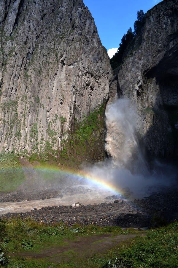 Vista da cachoeira e do arco-íris nas montanhas do Cáucaso norte, Rússia fotos de stock