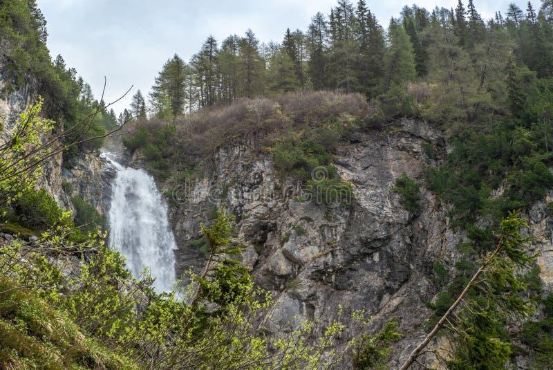 Vista da cachoeira perto de Lenzerheide nos cumes suíços em um dia de mola ensolarado - 4 imagem de stock