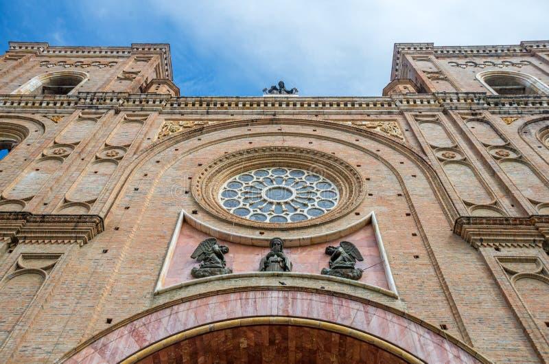Vista da cara frontal de uma catedral fotos de stock royalty free