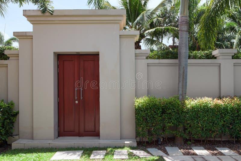 vista da casa de campo tropical moderna agradável imagens de stock royalty free