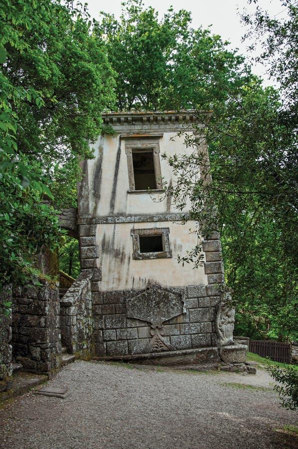 Vista da casa entre a vegetação no parque de Bomarzo fotografia de stock royalty free