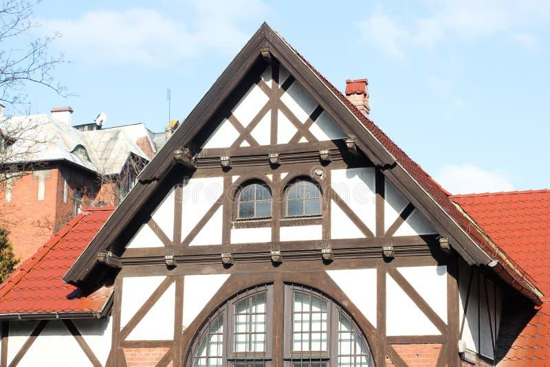 Vista da casa tradicional da vila com c?u azul, cerca e rep?blica ?rvore-checa imagens de stock