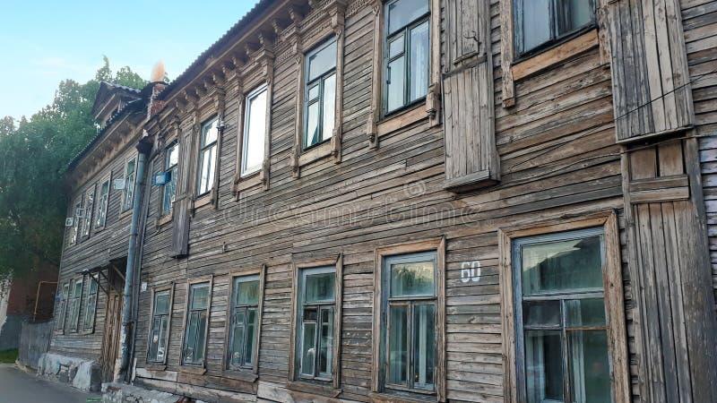 Vista da casa velha do dois-andar de madeira velho em Nizhny Novgorod foto de stock royalty free