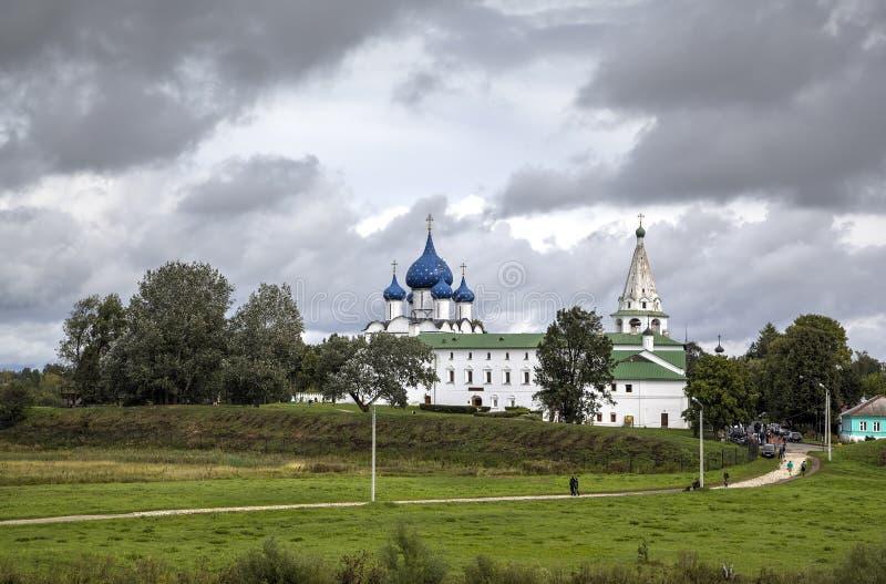 Vista da catedral da natividade da torre do Virgin e de sino no Kremlin de Suzdal Suzdal, Rin dourado imagem de stock