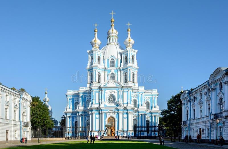 Vista da catedral de Smolny do quadrado de Rastrelli Localizado em St Petersburg na margem esquerda do Neva no Smolny fotografia de stock royalty free