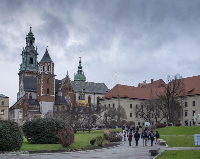 Vista da catedral de Wawel, dentro do castelo de Wawel em Krakow, no dia frio, chuvoso, Pol?nia imagem de stock
