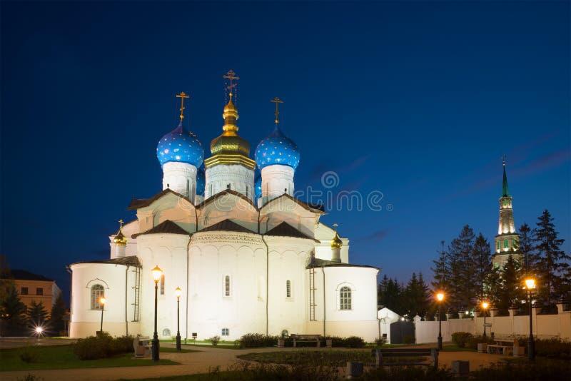 Vista da catedral do aviso da noite de maio Kazan Kremlin Kazan, Rússia imagens de stock