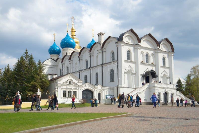 Vista da catedral do aviso do Kremlin de Kazan, dia de abril kazan foto de stock royalty free