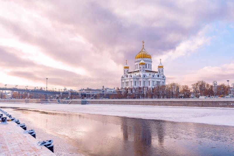 Vista da catedral do inverno de Cristo o salvador Rio, gelo, neve e reflexão de Moscou foto de stock