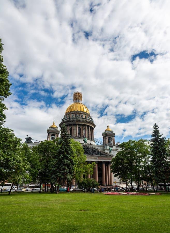 Vista da catedral do ` s do St Isaac St Petersburg Rússia imagem de stock royalty free