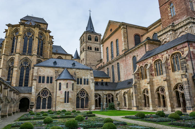 Vista da catedral do Trier do claustro, Alemanha imagem de stock royalty free