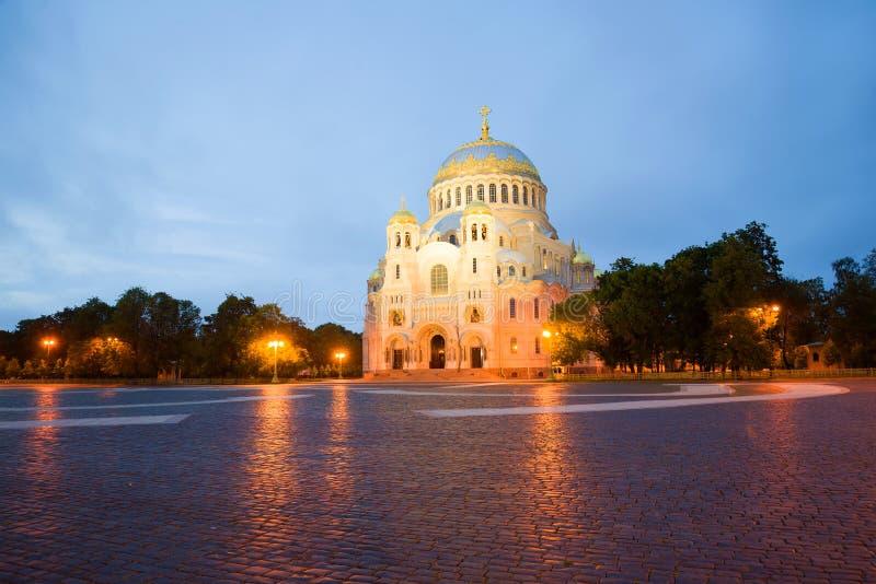 Vista da catedral naval de São Nicolau no quadrado da âncora, noite Kronstadt, Rússia fotografia de stock