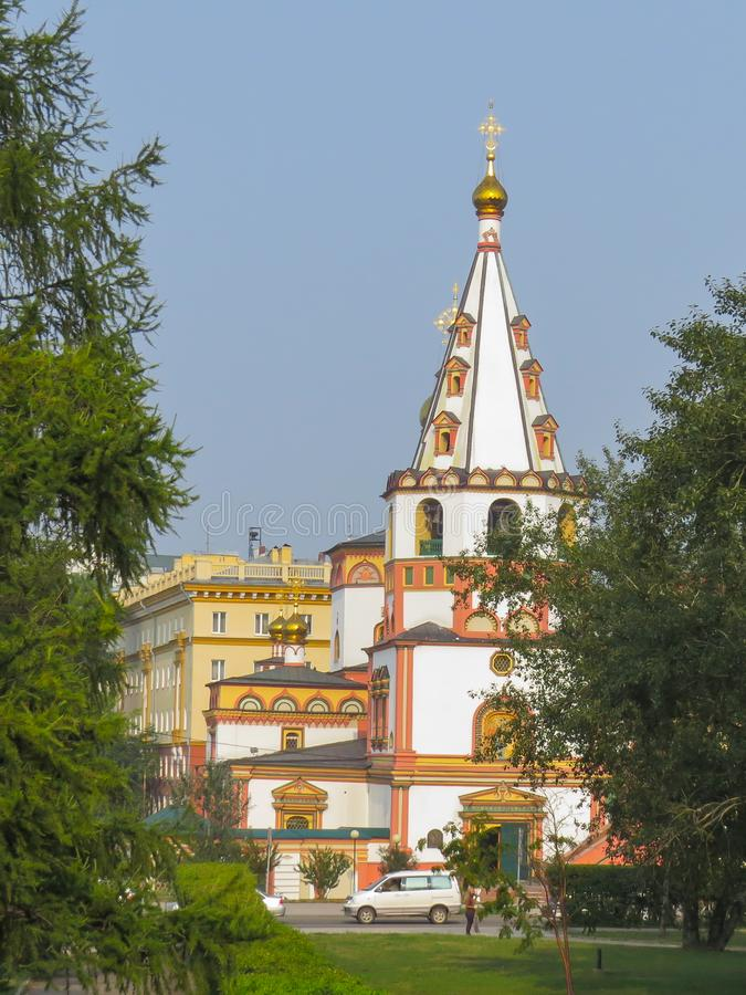 Vista da catedral ortodoxo do esmagamento em um dia ensolarado do verão foto de stock