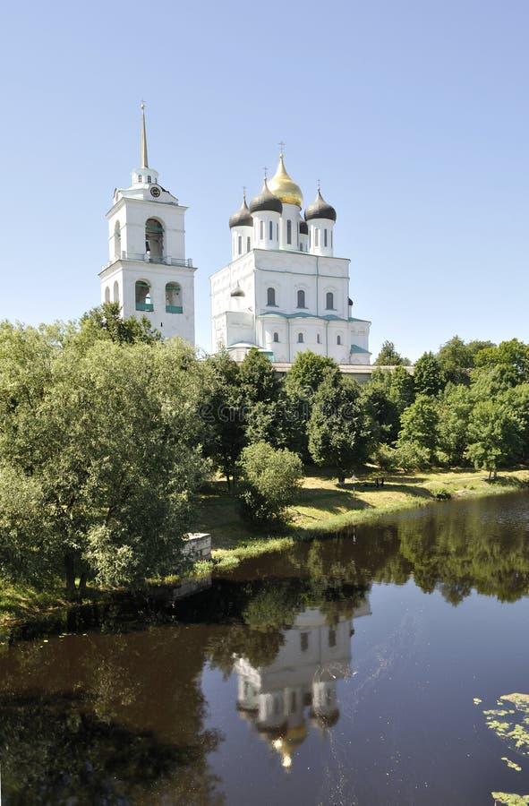 Vista da catedral da trindade Pskov, Rússia fotos de stock