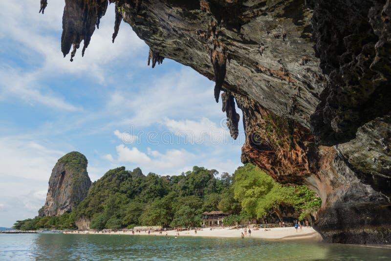 Vista da caverna: Baía do Ao Phra Nang, praia de Railay, praia de Tham Phra Nang do chapéu, Krabi, Tailândia fotos de stock