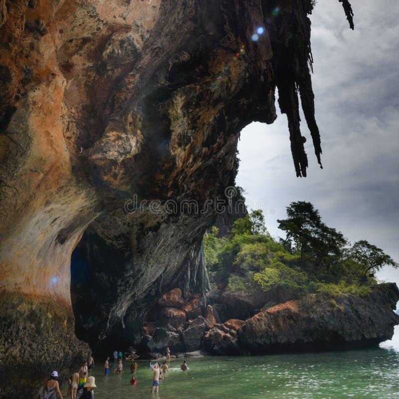 Vista da caverna: Baía do Ao Phra Nang, praia de Railay, praia de Tham Phra Nang do chapéu, Krabi, Tailândia fotografia de stock
